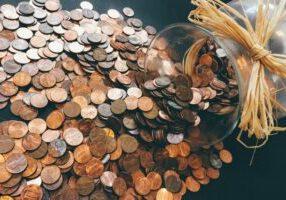 imagem com dinheiro que representa quanto custa o seguro de rc